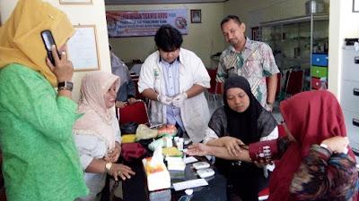 Mahasiswa KKN UNAND Padang laksanakan pemeriksaan kesehatan gratis kepada masyarakat lansia