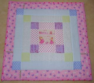 http://de.dawanda.com/product/103666299-kuscheliger-babyquilt-patchworkdecke-babydecke