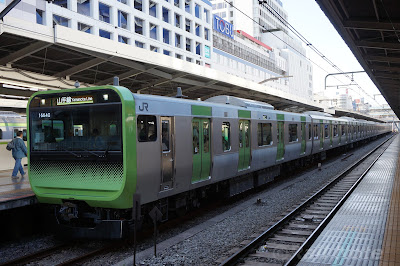 池袋駅停車中のE235系トウ03編成
