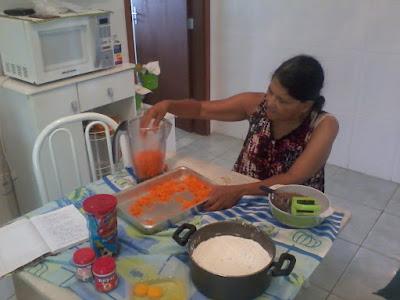 Dona Iza na preparação do bolo de cenoura