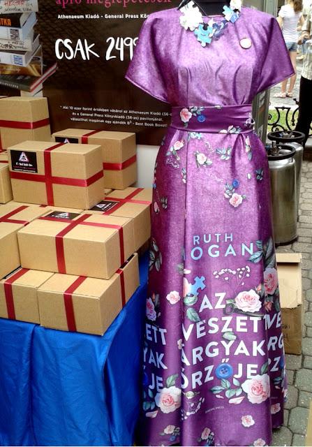 Budapest, Vörösmarty tér, 89. Ünnepi Könyvhét, 2018. június 10., Az elveszett tárgyak őrzője lila könyves ruha és az Athenaeum kiadó zsákbamacskája.