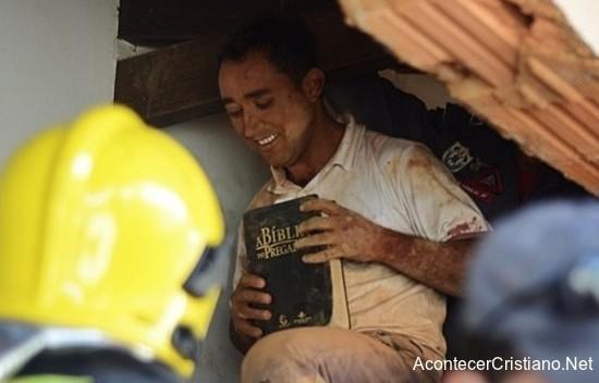 Hombre rescatado de accidente muestra Biblia