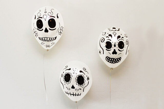 Globos decorados para halloween con rotulador permanente