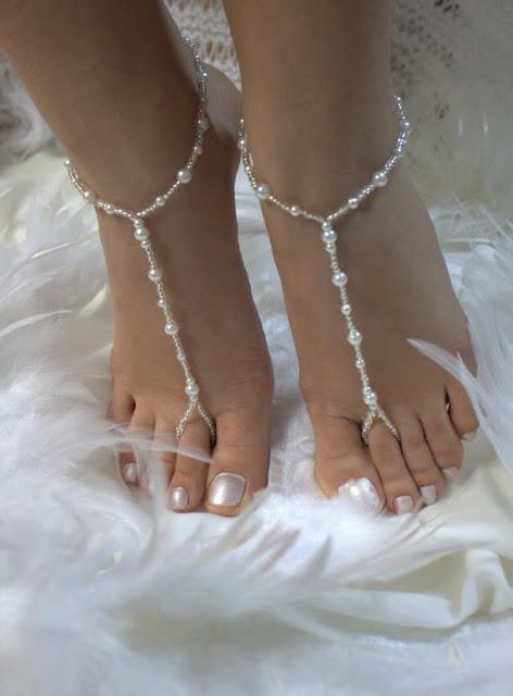 Dicas-para-criar-sandalia-descalca-Inspiracao-para-casamentos-em-praias-perolas-e-micangas