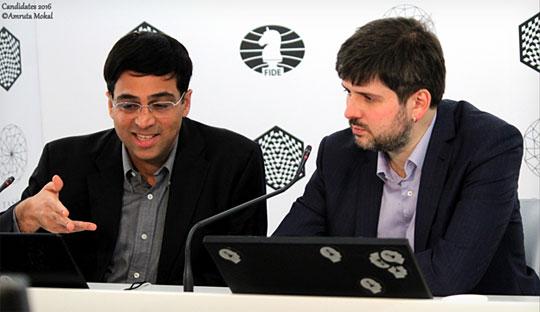 La conférence de presse après la partie expéditive en 24 coups entre Vishy Anand et Peter Svidler à la ronde 6 - Photo © Amruta Mokal