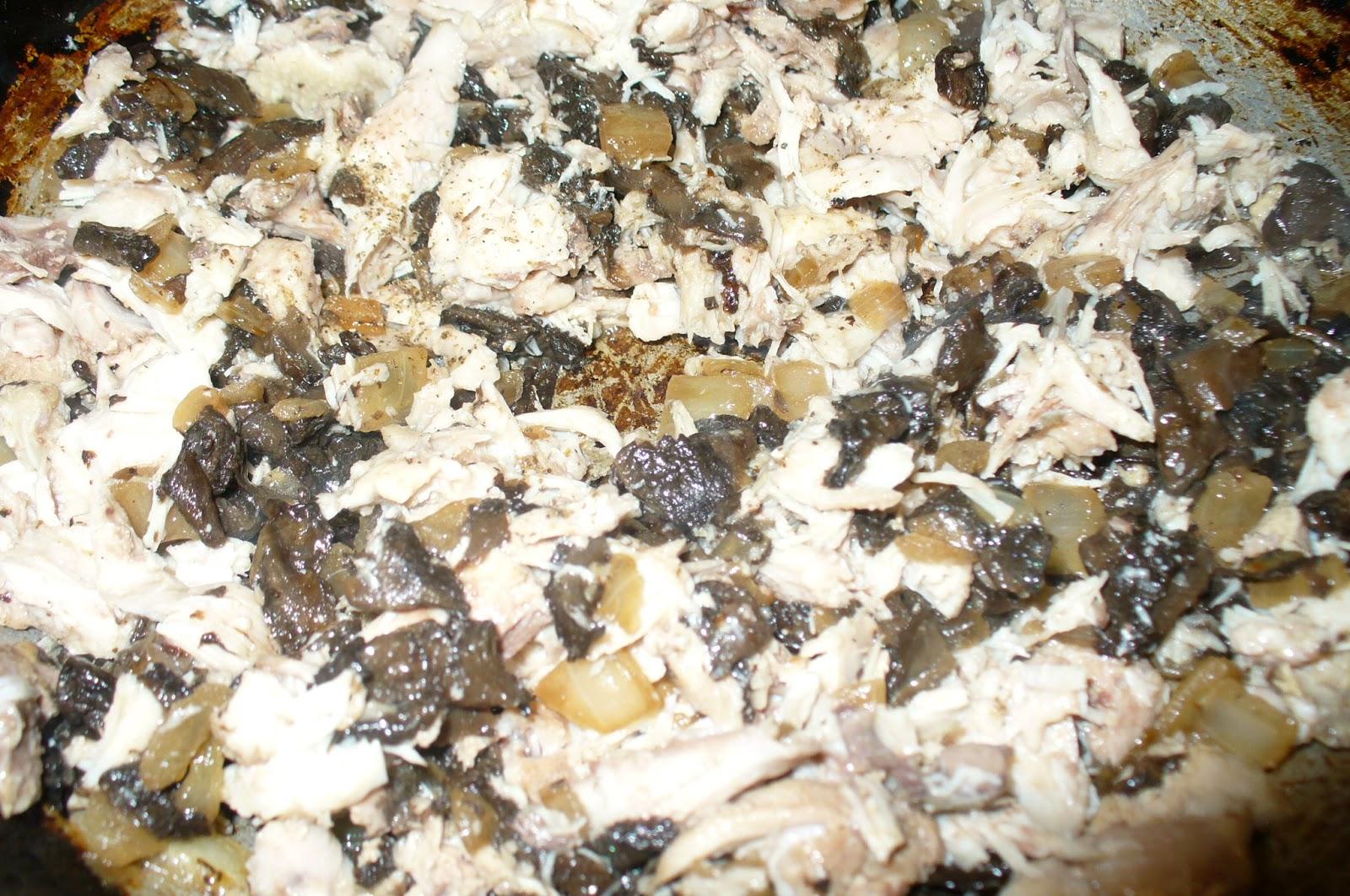 подготовка начинки для блинчиков с курицей и грибами