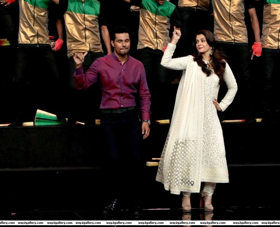 Sarbjit stars Aishwarya Rai and Randeep Hooda performed on Indias Got Talent
