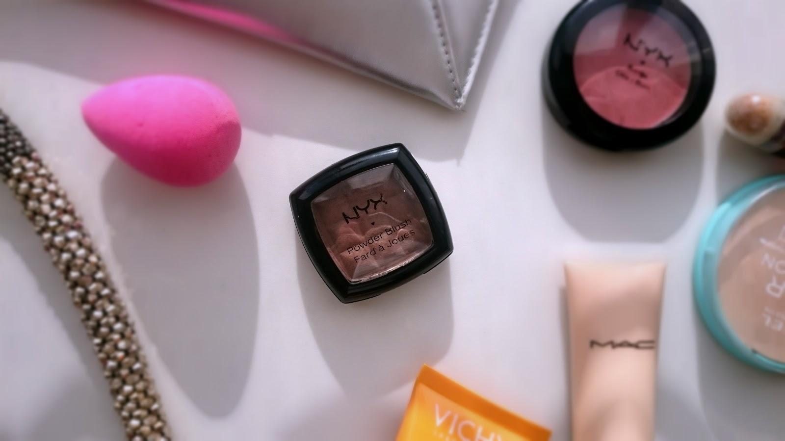 Róż z NYX Powder Blush- idealny produkt do konturowania twarzy.