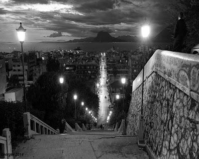 από τις σκάλες της οδού Αγίου Νικολάου στην Πάτρα και στο βάθος το όρος Βαράσοβα.