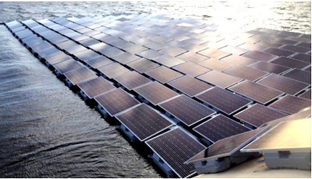 Hệ thống pin năng lượng mặt trời nổi này chiếm 1/10 diện tích hồ Queen Elizabeth II. (Ảnh: Edie.net)