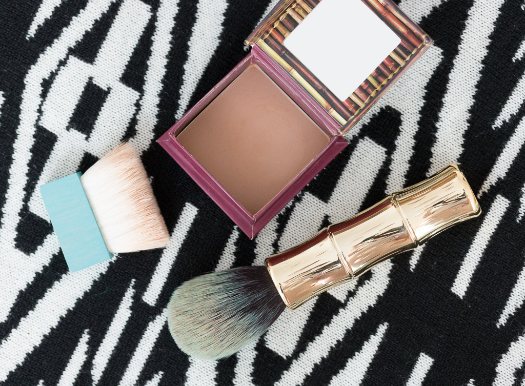 Benefit Hoola Bronzing Powder und Benefit Bronzing & Contouring Brush