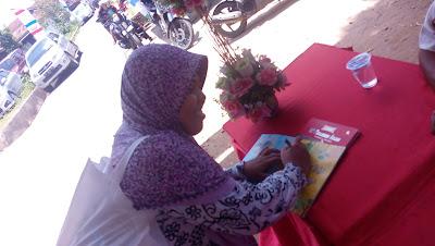 Fadila Hanum sedang memberikan tandatangan :)