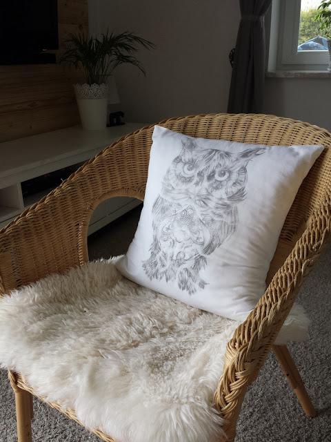 Transfer grafiki na tkaninie,transfer grafiki na metriale, transfer na poszewkę, DIY, biała poszewka sowa, fotel wiklinowy, drewniana ściana, poduszka futerko