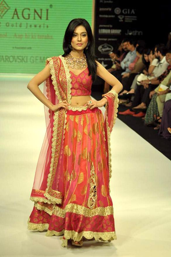 Amrita Rao walks the ramp for Agni Gold at IIJW-2012