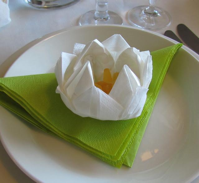 #taiteltu servetti kukka.jpg