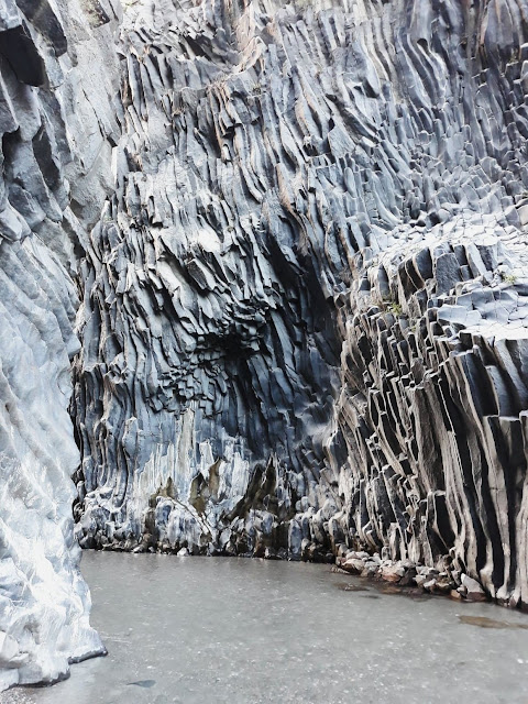 Gole dell'Alcantara - skały z bazaltu