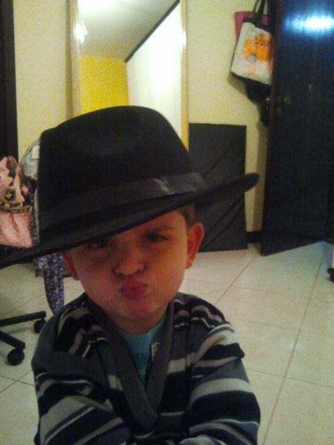 Menino de chapéu