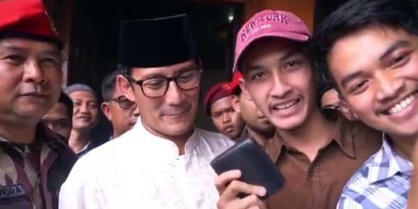 Kampanye di Sukabumi, Sandi Diberi Dompet oleh Mahasiswa