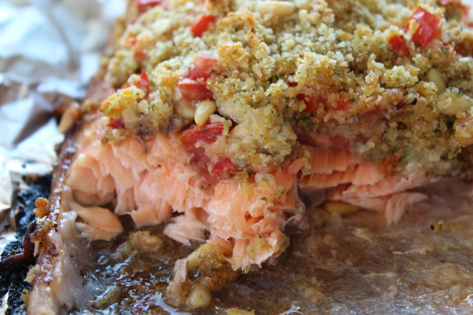 Marias Madside: Grillet lakseside med balsamicosirup og pinje-, tomat- og krydderurtecrumble