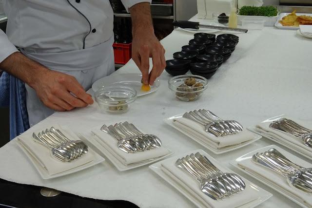 Zubereitung der Vorspeise Ei und Trüffel