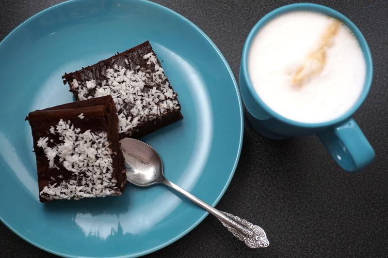 brownie z fasoli z daktylami i syropem z agawy, z polewą czekoladową i wiórkami kokosowymi