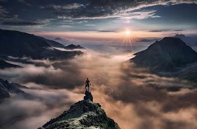 Sommes-nous responsable de notre vie ? Qu'est ce que le hasard ? En quoi sommes-nous la cause inconsciente de ce qui nous arrive ? Comment nos pensées, nos croyances et nos conditionnements peuvent-elles avoir le moindre effet sur la réalité ? Quelle est la véritable nature de notre conscience ? Pour répondre à ces nombreuses interrogations, nous sommes allés à la rencontre d'intervenants qui nous ont amené des éléments de réponses, de part leur parcours, leur vécu, et leur compréhension des mécanismes de l'esprit humain.