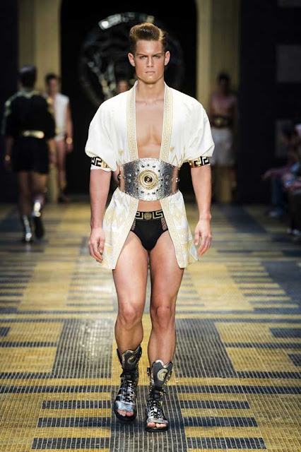 http://4.bp.blogspot.com/-zEwBDYQk2AQ/UdLfUKYGzhI/AAAAAAAABoQ/MBYMrXC3ID8/s850/Versace+Men%27s+Fashion+show+collection+2013+002.jpg