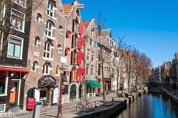 Casas de canal en Amsterdam. Paseo en barco por sus canales