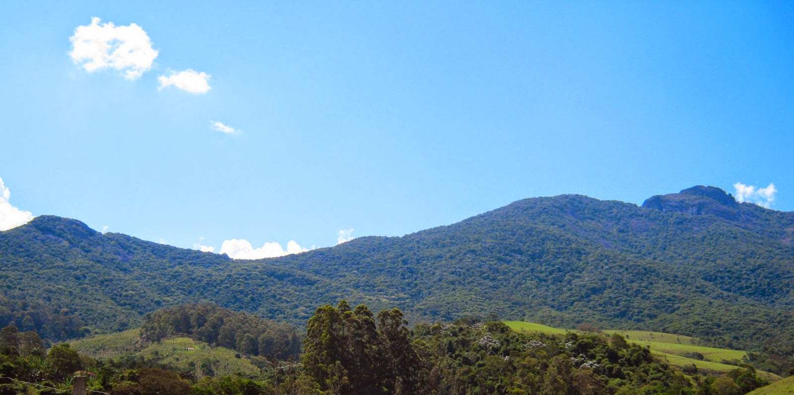 Joanópolis, na Serra da Mantiqueira paulista, tem ligação por asfalto com apenas dois municípios: Vargem e Piracaia. Quando as duas estradas se juntam perto da entrada da cidade, é possível observar o Gigante Adormecido na Serra do Lopo, olhando para as Minas Gerais.
