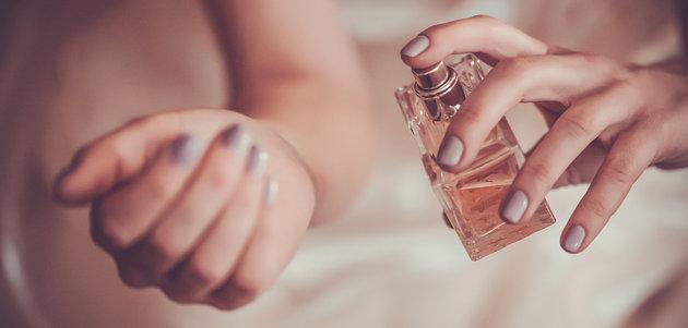 Artis Ini Semprotkan Parfum di Pusar, Inilah yang Terjadi Jika Melakukannya!