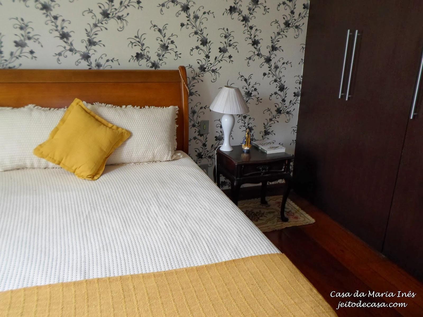 papel de parede floral no quarto