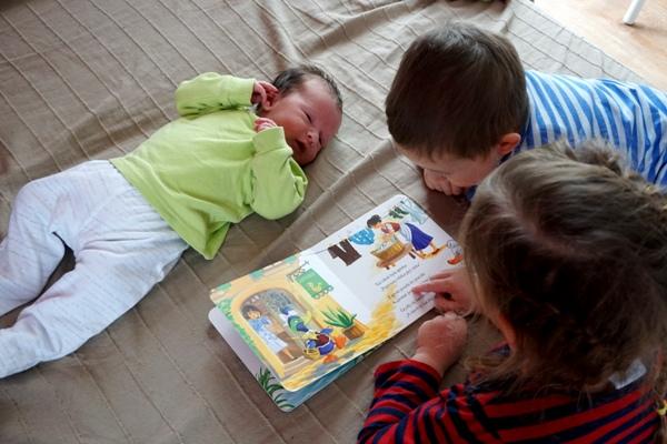 dzieci, rodzeństwo wspólne czytanie