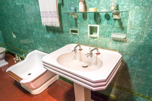 O interior do Palacete Garmatter, banheiro