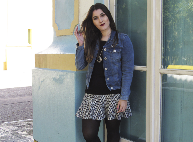 look com jaqueta jeans de patches e saia