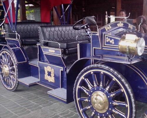 Tinuku.com Wiyanta craftsmen build luxury classic car made teak wood and engined Toyota Kijang 1990s