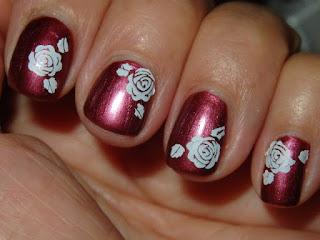 manicura burdeos con rosas