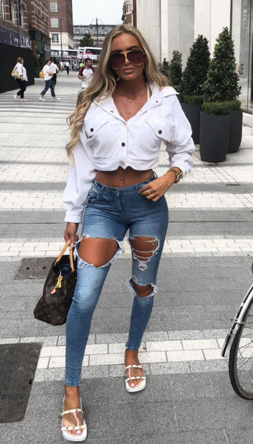 Want perfect jeans style? Check out these 30 Chic Casual Jeans Outfits that Never Go Out of Style. Find inspiration for skiny jeans outfit to highwaisted jeans, boyfriend jeans to flared jeans. Womens Jeans Fashion via Higiggle.com #jeans #denim #casual #casualoutfits