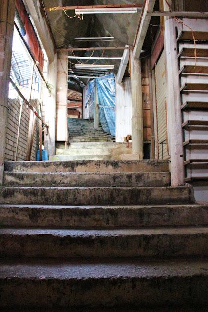 naik tangga ke kuil ke lok si