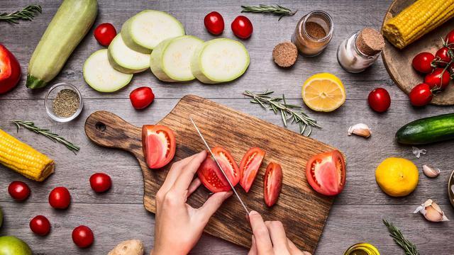 5 Cara Agar Kamu Tetap Konsisten & Termotivasi Saat Diet