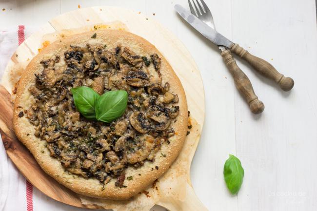 pizza-champiñones-queso-parmesano-albahaca