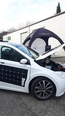 Elektroauto mit Solarzellen verkleidet