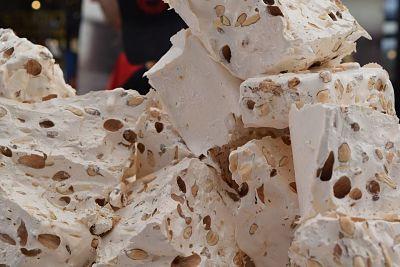 Turrón con maní, cortado en trozos.