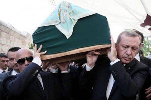 https://4.bp.blogspot.com/-zHLAd43qTdk/VoMujTYb_qI/AAAAAAAABq8/3koodECO8YY/s640/Erdogan-mengangkat-jenazah-490x327.jpg