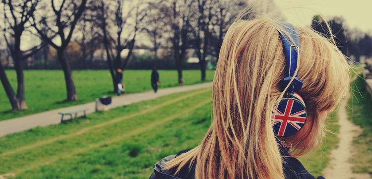 listening english, dziewczyna z słuchawkami
