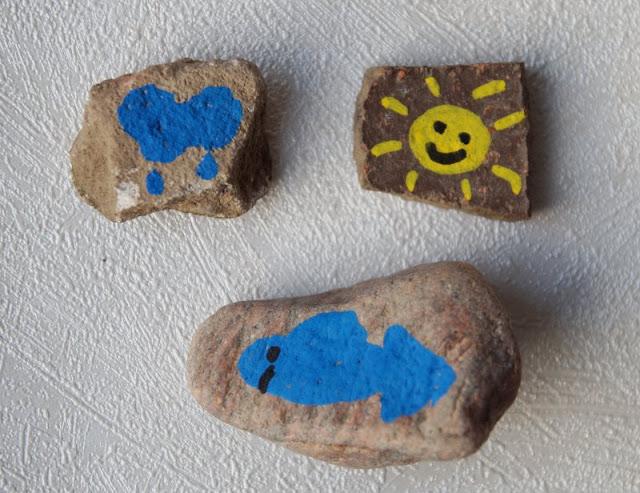 DIY: Steine mit Stiften bemalen - Tipps für Anfänger. Einfache Motive wie Sonne, Wolken und Fische sind super für Anfänger und Kinder geeignet.