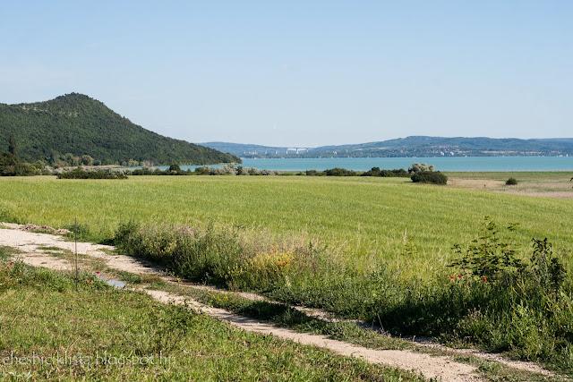 A Tihanyi-félsziget nyugati fele, a Balaton és a völgyhíd