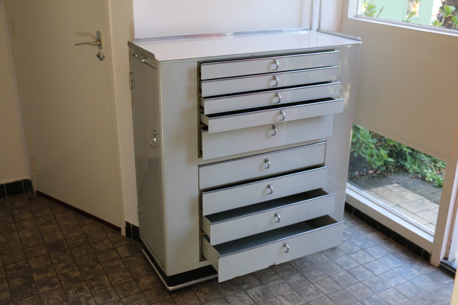 Stalen vintage jaren 60 tandarts kast met 9 laden en 2 deuren.