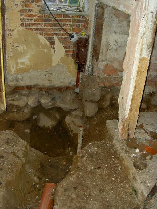 Der Boden der Kate wurde aufgebrochen, um Rohre zu legen.