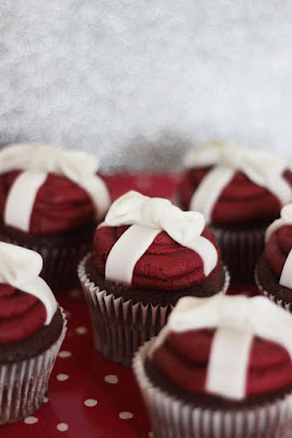 Red Christmas Bow Cupcakes