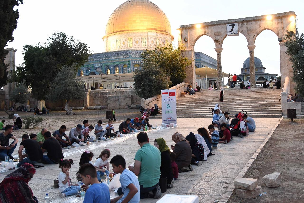 Begini Suasana Bukber Rakyat Palestina dengan DRP di Masjid Al Aqsa